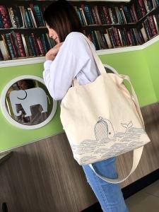 手繪風-嬉戲藍鯨兩用帆布包
